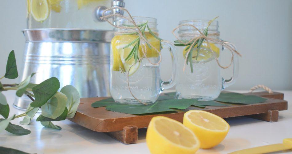 Zitronenwasser in Weckgläsern